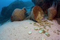 Halló trece monedas históricas en el fondo del mar que fueron su desgracia