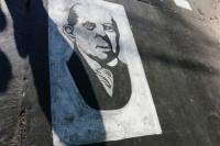 Sarmiento y su rostro en la senda peatonal