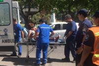 Una camioneta Amarok casi lleva por delante a una mujer que intentaba cruzar la calle con su nena en brazos