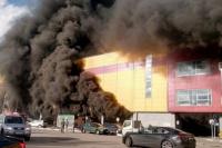 Al menos tres mil evacuados por el incendio de un shopping en Moscú