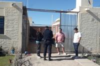 Logró escapar de la policía pero fue detenido por el dueño de la vivienda