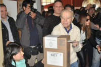 Carlos Menem emitió su voto y citó a Aristóteles