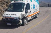 Mientras llevaba un paciente, una ambulancia chocó con un camión