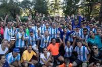 Argentinos corrieron la Maratón de Nueva York con la camiseta y la señal de luto