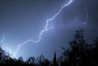 La caída de un rayo causó temor en Chimbas