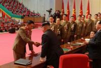 Kim Jong-un condecoró a los científicos que construyen sus misiles