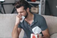 Se desgarró la garganta tratando de aguantar un estornudo