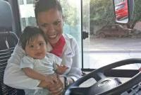 Una chofer de colectivo le salvó la vida a un bebé