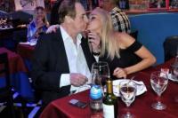 Santiago Bal muy cariñoso con su joven novia