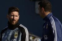 Juntos a la par: Lionel Messi realizó su primer entrenamiento en Ezeiza