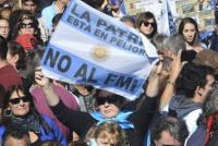 Masiva manifestación en rechazo al acuerdo con el FMI