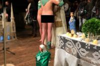 Pusieron pañuelos verdes a imágenes de la Vírgen María y Papa Francisco