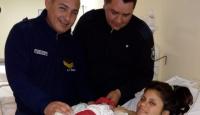 Policías ayudaron a una mamá a parir en casa y el bebé llevará el nombre de uno de ellos