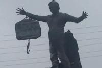En medio de la causa de los cuadernos le colgaron un bolso a la estatua de Néstor Kirchner