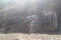 Perdió el control de un camión, volcó y solamente sufrió algunos raspones