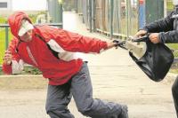 Dos motochorros arrastraron y golpearon a una mujer policía para robarle