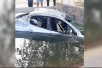 Se durmió al volante y terminó en un canal de riego
