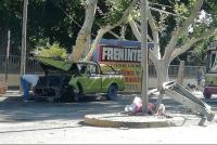 Perdió el control de su camioneta, subió al boulevard e impactó contra una cartelería