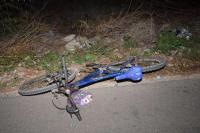 Por esquivar una maniobra del auto de sus amigos, cayó de su bicicleta y murió