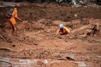 Avalancha en Brasil: encontraron un colectivo con pasajeros enterrado en el barro