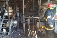 Un taller mecánico se incendió por completo en Pocito