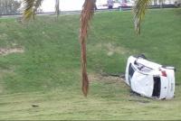 Tremendo accidente en la Avenida de Circunvalación: un auto pasó de largo en una rotonda y desbarrancó