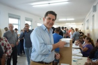 El precandidato a gobernador Gustavo Fernández emitió su voto