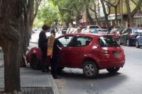 Accidente en pleno centro: chocó contra un árbol tras descomponerse