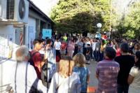 """Como forma de protesta, comunidad de la Escuela de Música """"abrazó"""" el nuevo edificio"""