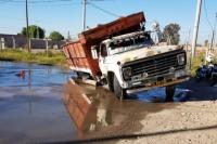 Un camión terminó atascado a causa de una obra que jamás finalizó