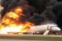 Un avión aterrizó en llamas en un aeropuerto de Moscú: al menos 41 muertos