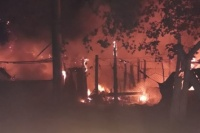 Familia caucetera perdió todo en un feroz incendio