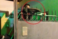 Trató de entrar a la casa de su ex y quedó incrustado en las rejas