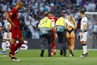 Lo insólito de la Champions: una mujer en malla entró en pleno juego