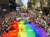 Día Internacional del Orgullo: qué significan las siglas LGBTI+ y por qué la bandera del orgullo es multicolor
