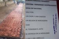 Aparecieron vales por dinero y comida para movilizar al acto de Cristina