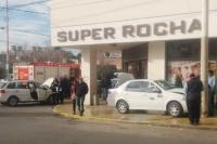 Un remis chocó contra una camioneta y terminó en la vereda de un comercio