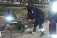 Vive en la calle, le regalaron zapatillas y las vendió para comprar vino