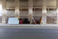 Piden ayuda: Una familia no tiene donde vivir y se instalaron debajo de un puente