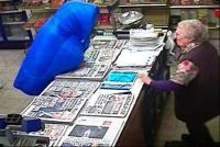 Una mujer de 82 años golpeó con su bastón a un ladrón para defender su negocio