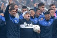 """Un emocionado Diego Maradona pisó la cancha de Gimnasia y el Bosque explotó: """"No soy ningún mago"""""""