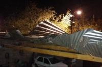 Por el fuerte viento, una joven de 14 años subió a reparar el techo y cayó al vacío: está grave