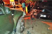 Aseguran que un policía manejaba borracho y destrozó dos autos
