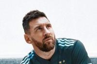 Messi presentó la nueva camiseta alternativa de la Selección Argentina