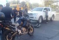 Tremendo choque entre una camioneta y una moto en una esquina del Centro Cívico