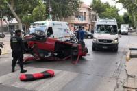 Terrible accidente, un auto volcó tras chocar con un colectivo