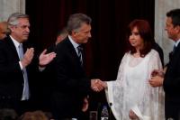 Alberto le dio un abrazo a Macri y a Cristina un frío apretón de manos