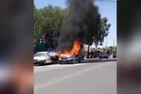 Un auto ardió por completo en una calle transitada de Rawson