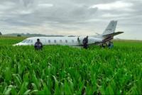 Un avión aterrizó de emergencia en una plantación de maíz
