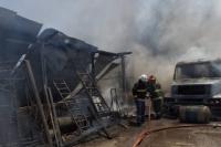 Terrible: incendio destruyó una carpintería, un taller metalúrgico y explotó un camión